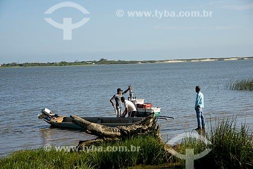 Assunto: Pescadores descarregando peixes às margens do Rio Ribeira de Iguape / Local: Ilha Comprida - São Paulo (SP) - Brasil / Data: 11/2012