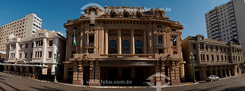 Edifício Meira Júnior - onde funciona o Choperia Pinguim à esquerda - Teatro Pedro II (1930) no centro - e o antigo prédio do Palace Hotel, atual Centro Cultural Palace à direita   - Ribeirão Preto - São Paulo - Brasil