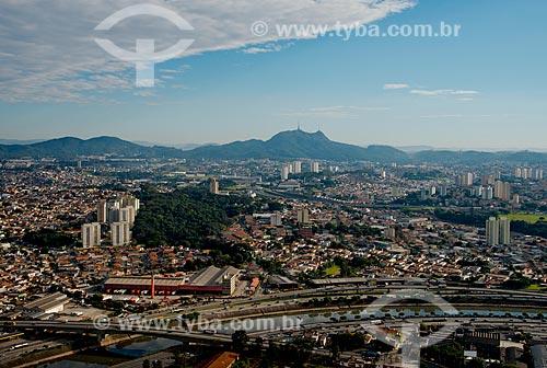 Assunto: Vista aérea da Marginal Tietê - Via Professor Simão Faiguenboim - próximo à Ponte dos Remédios com o Pico do Jaraguá ao fundo / Local: São Paulo (SP) - Brasil / Data: 06/2013