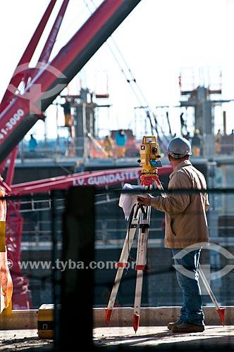 Assunto: Agrimensura durante a construção da Arena do Grêmio (2012) / Local: Humaitá - Porto Alegre - Rio Grande do Sul (RS) - Brasil / Data: 06/2012