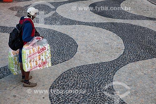 Assunto: Vendedor de biscoito de polvilho Globo no calçadão de Copacabana / Local: Copacabana - Rio de Janeiro (RJ) - Brasil / Data: 07/2013