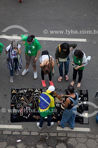 Assunto: Venda de artesanato na Praia de Copacabana durante a Jornada Mundial da Juventude (JMJ) / Local: Copacabana - Rio de Janeiro (RJ) - Brasil / Data: 07/2013