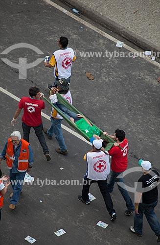 Assunto: Socorristas carregando mulher na maca durante a Jornada Mundial da Juventude (JMJ) / Local: Copacabana - Rio de Janeiro (RJ) - Brasil / Data: 07/2013