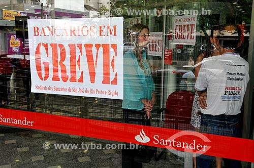 Assunto: Agência do Banco Santander com cartazes com os dizeres Bancários em Greve / Local: São José do Rio Preto - São Paulo (SP) - Brasil / Data: 09/2013