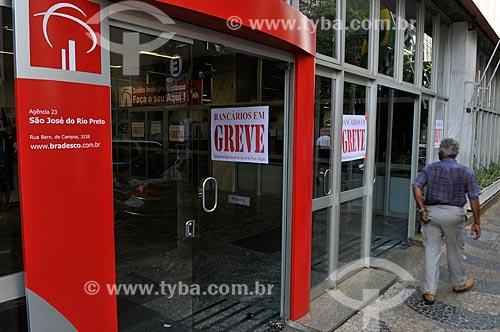 Assunto: Agência do Banco Bradesco com cartazes com os dizeres Bancários em Greve / Local: São José do Rio Preto - São Paulo (SP) - Brasil / Data: 09/2013