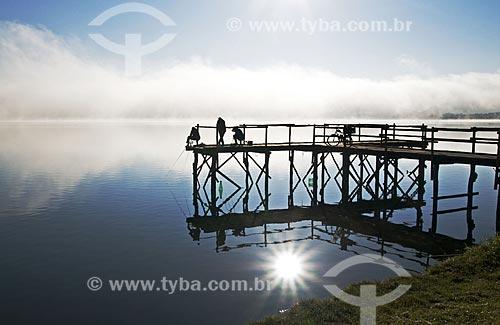 Assunto: Pescadores em píer na Represa de Furnas / Local: Boa Esperança - Minas Gerais (MG) - Brasil / Data: 07/2013