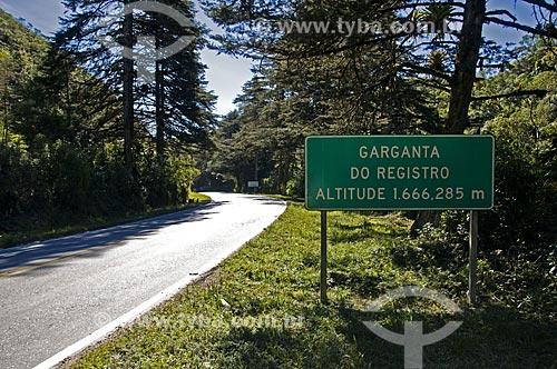 Assunto: Placa na BR-485 indicando a Garganta do Registro - divisa entre Rio de Janeiro e Minas Gerais / Local: Resende - Rio de Janeiro (RJ) - Brasil / Data: 07/2013