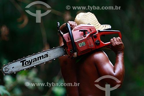 Assunto: Trabalhador com motosserra na floresta do Rio Ariaú  / Local: Amazonas (AM) - Brasil / Data: 09/2013