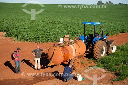 Assunto: Trator com tanque de produtos químicos para aplicação em plantação de soja / Local: Cascavel - Paraná (PR) - Brasil / Data: 01/2013