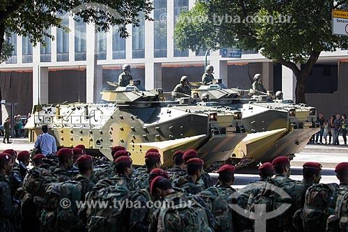 Soldados da Brigada de Infantaria Paraquedista - Força de Ação Rápida Estratégica - com veículos blindados ao fundo durante o desfile em comemoração ao Sete de Setembro na Avenida Presidente Vargas  - Rio de Janeiro - Rio de Janeiro - Brasil
