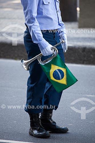 Assunto: Detalhe de soldado do aeronáutica segurando uma corneta com a bandeira do Brasil durante o desfile em comemoração ao Sete de Setembro na Avenida Presidente Vargas / Local: Centro - Rio de Janeiro (RJ) - Brasil / Data: 09/2013