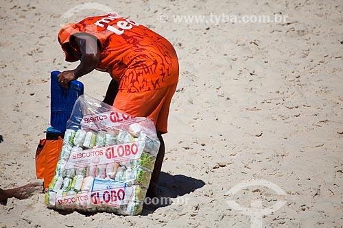 Assunto: Vendedor de mate e de biscoito de polvilho Globo na Praia do Arpoador - considerados Patrimônio Cultural e Imaterial da Cidade / Local: Ipanema - Rio de Janeiro (RJ) - Brasil / Data: 09/2013