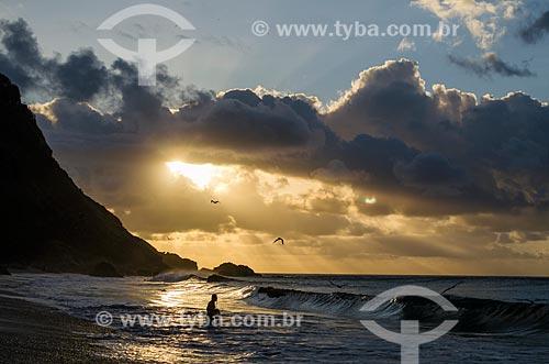 Assunto: Pescador na Praia da Conceição ao pôr-do-sol / Local: Arquipélago de Fernando de Noronha - Pernambuco (PE) - Brasil / Data: 10/2013