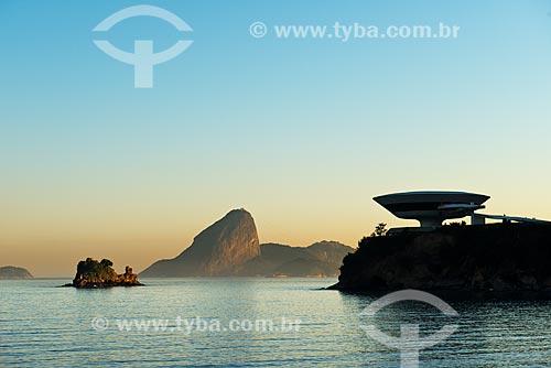 Assunto: Museu de Arte Contemporânea de Niterói (1996) com o Pão de Açúcar ao fundo / Local: Boa Viagem - Niterói - Rio de Janeiro (RJ) - Brasil / Data: 02/2012