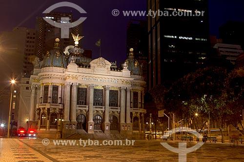 Assunto: Vista noturna do Teatro Municipal - Inspirado na Ópera de Paris o teatro foi inaugurado em 1909. É Patrimônio Histórico Nacional desde 21-05-1952 / Local: Centro - Rio de Janeiro (RJ) - Brasil / Data: 11/2013