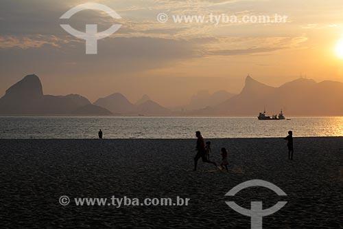 Assunto: Pessoas na Praia de Icaraí com Rio de Janeiro ao fundo / Local: Icaraí - Niterói - Rio de Janeiro (RJ) - Brasil / Data: 11/2011