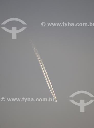 Assunto: Trilha de condensação deixada por um avião / Local: Rio de Janeiro (RJ) - Brasil / Data: 10/2013