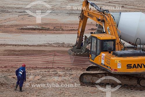 Assunto: Operário e escavadeira nas obras de fundação do Parque Olímpico Rio 2016 - antigo Autódromo Internacional Nelson Piquet - Autódromo de Jacarepaguá / Local: Barra da Tijuca - Rio de Janeiro (RJ) - Brasil / Data: 10/2013