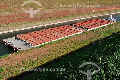 Chata fazendo transporte de grãos no Canal Deoclécio Bispo dos Santos - Canal que faz a ligação do Rio Tietê e Rio Paraná e é utilizado pelas embarcações no transporte fluvial  - Pereira Barreto - São Paulo - Brasil