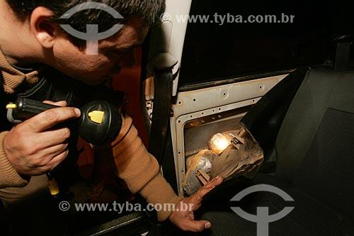 Carro apreendido por tráfico de drogas no posto da Polícia Rodoviária Federal - Rodovia Presidente Dutra  - Paracambi - Rio de Janeiro - Brasil
