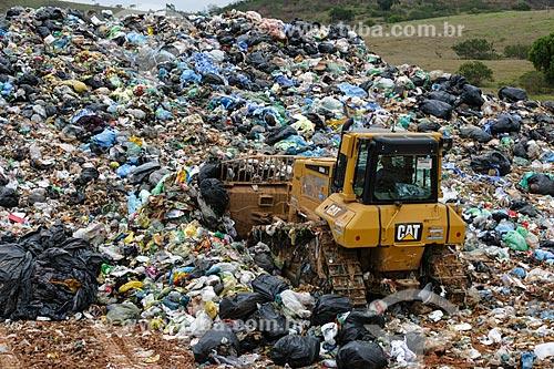 Carregadeira no Centro de Tratamento de Resíduos Sólidos de Itaboraí  - Itaboraí - Rio de Janeiro - Brasil