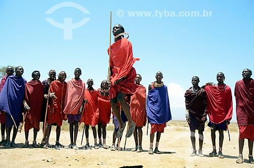 Assunto: Tribo Masai dançando o Adumu - também conhecida como dança do pulo ? é uma competição entre eles e também uma dança de boas-vindas - no Parque Nacional de Amboseli / Local: Vale do Rift - Quênia - África / Data: 09/2012