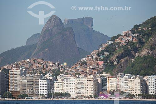 Assunto: Prédios na Praia de Copacabana com as favelas do Cantagalo - à esquerda - e Pavão Pavãozinho - à direita - com o Morro Dois Irmãos e a Pedra da Gávea ao fundo / Local: Copacabana - Rio de Janeiro (RJ) - Brasil / Data: 11/2013