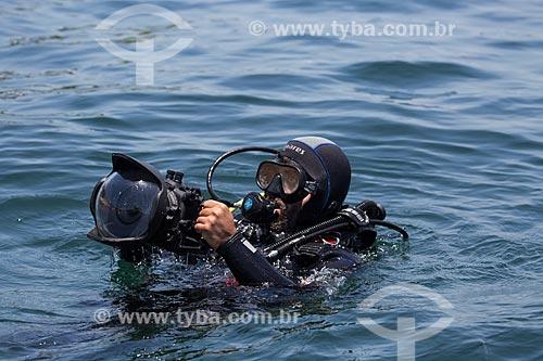 Assunto: Mergulhador próximo ao Monumento Natural das Ilhas Cagarras / Local: Rio de Janeiro (RJ) - Brasil / Data: 11/2013