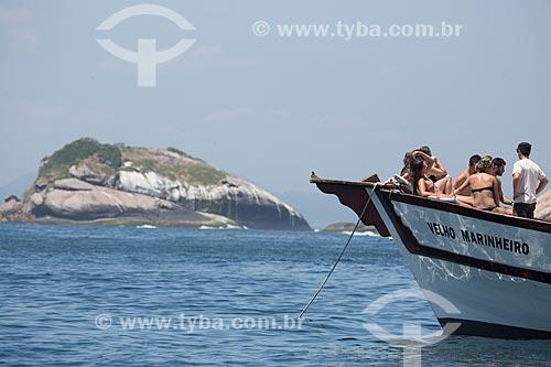 Assunto: Saveiro com turistas próximo ao Monumento Natural das Ilhas Cagarras / Local: Rio de Janeiro (RJ) - Brasil / Data: 11/2013