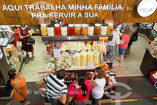 Assunto: Vista de cima de consumidores em banca de laticínios e doces no Mercado Municipal / Local: Uberaba - Minas Gerais (MG) - Brasil / Data: 10/2013