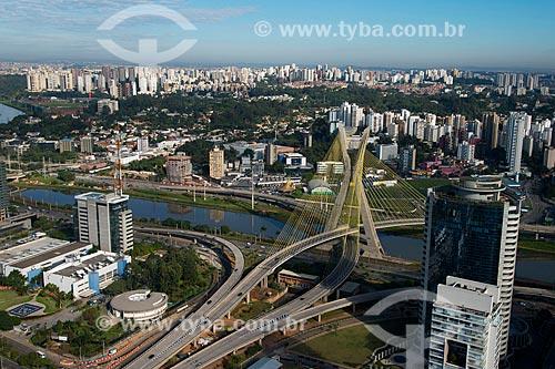 Assunto: Vista aérea do fim da Avenida Jornalista Roberto Marinho e Ponte Estaiada Octávio Frias de Oliveira / Local: São Paulo (SP) - Brasil / Data: 05/2013