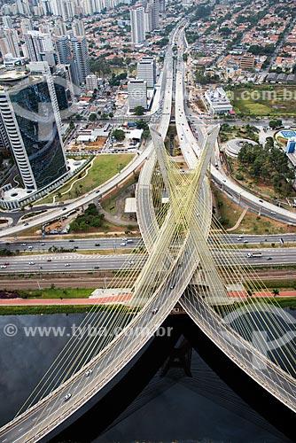Assunto: Vista aérea da Ponte Estaiada Octávio Frias de Oliveira e Avenida Jornalista Roberto Marinho / Local: São Paulo (SP) - Brasil / Data: 05/2013