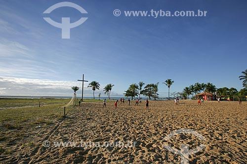 Assunto: Homens jogando futebol - Região onde desembarcou Pedro Alvarez Cabral e onde foi realizada a primeira missa no Brasil  / Local: Santa Cruz Cabrália - Bahia (BA) - Brasil  / Data: 11/2013