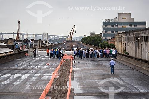 Assunto: Preparativos para a implosão do primeiro trecho do Elevado da Perimetral com a Ponte Rio-Niterói (1974) ao fundo / Local: Gamboa - Rio de Janeiro (RJ) - Brasil / Data: 11/2013