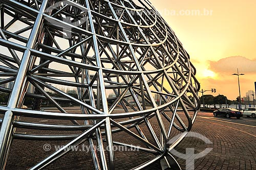 Assunto: Escultura Luz Oriental  -  relógio de sol feito de tubos de aço inoxidável baseada em uma ideia do arquiteto francês Jean Marie Charpentier / Local: Xangai - China - Ásia / Data: 02/2013