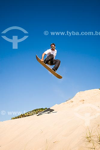 Homem praticando sandboard nas dunas da Praia Grande  - São Francisco do Sul - Santa Catarina - Brasil