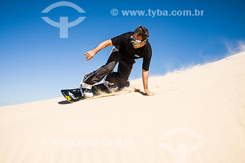 Homem praticando sandboard nas dunas da Praia de Itapirubá  - Imbituba - Santa Catarina - Brasil