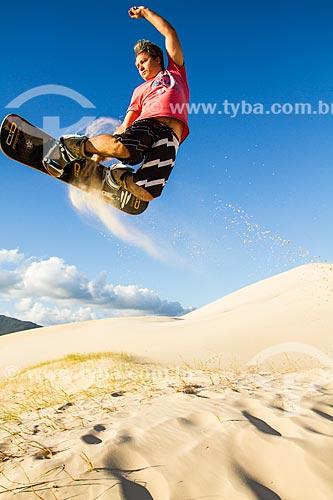 Homem praticando sandboard nas dunas da Praia da Joaquina  - Florianópolis - Santa Catarina - Brasil