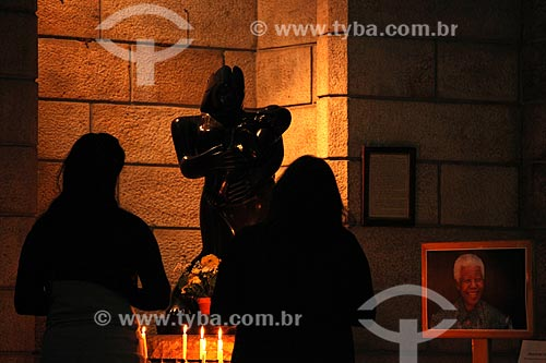 Assunto: Mulher rezando pela saúde de Nelson Mandela na St Georges Cathedral (Catedral de São Jorge) / Local: Cidade do Cabo - África do Sul - África / Data: 10/2013