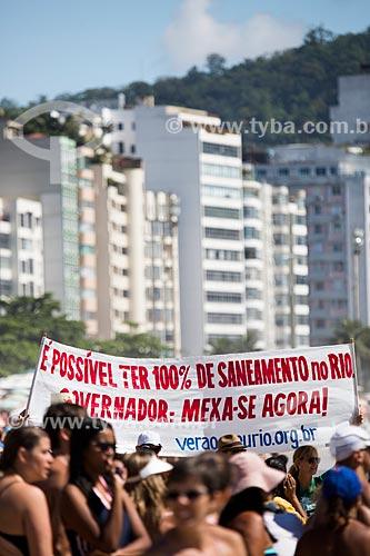 Assunto: Faixa da campanha Verão do Saneamento - ação cobrando mais saneamento básico - durante o evento Rei e Rainha do Mar na Praia de Copacabana (Posto 6) / Local: Copacabana - Rio de Janeiro (RJ) - Brasil / Data: 12/2013