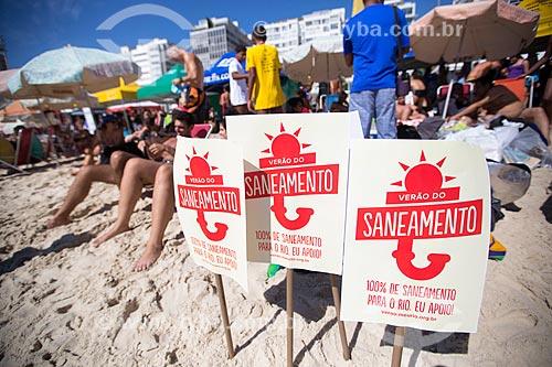 Assunto: Cartazes da campanha Verão do Saneamento - ação cobrando mais saneamento básico - durante o evento Rei e Rainha do Mar na Praia de Copacabana (Posto 6) / Local: Copacabana - Rio de Janeiro (RJ) - Brasil / Data: 11/2013