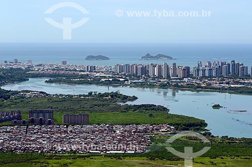 Assunto: Foto aérea da favela de Rio das Pedras e da Lagoa da Tijuca com a Ilha da Alfavaca e a Ilha Pontuda ao fundo / Local: Barra da Tijuca - Rio de Janeiro (RJ) - Brasil / Data: 11/2013