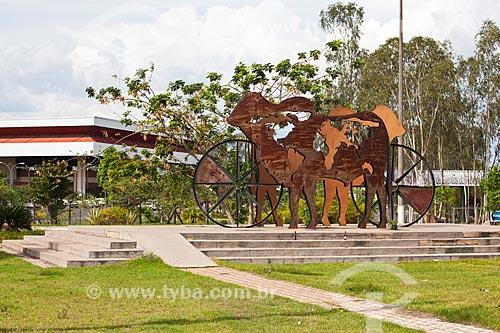 Assunto: Monumento Bovinocultura: o carro-chefe - escultura feita em ferro e aço - no Centro de Eventos do Pantanal / Local: Cuiabá - Mato Grosso (MT) - Brasil / Data: 10/2013
