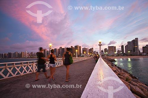 Assunto: Pessoas passeando no espigão da Praia de Iracema ao anoitecer / Local: Fortaleza - Ceará (CE) - Brasil / Data: 11/2013