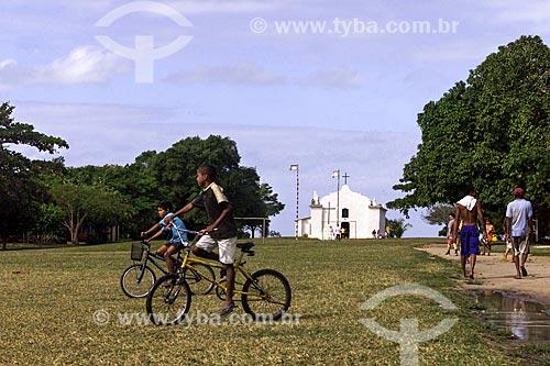 Assunto: Crianças na Praça São João - também conhecida como Praça do Quadrado - com a Igreja de São João Batista (1759) ao fundo / Local: Distrito de Trancoso - Porto Seguro - Bahia (BA) - Brasil / Data: 04/1991