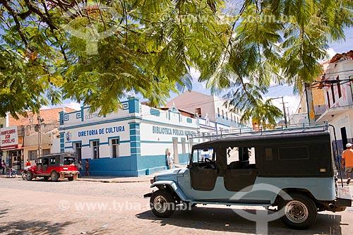 Assunto: Toyota Bandeirante estacionada em frente a Biblioteca Pública Municipal de Brejo da Madre de Deus / Local: Brejo da Madre de Deus - Pernambuco (PE) - Brasil / Data: 01/2014