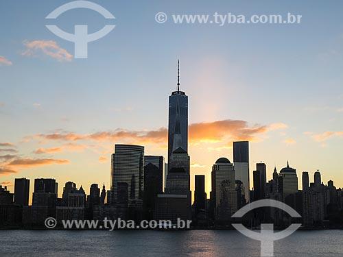 Vista de Manhattan ao amanhecer com o One World Trade Center (World Trade Center 1) - construído onde ficavam as Torres Gêmeas destruídas após os ataques terroristas de 11 de setembro de 2001  - Estados Unidos