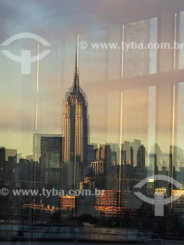 Assunto: Reflexo da vista de Manhattan ao amanhecer com o Empire State Building (1931) / Local: Nova Iorque - Estados Unidos - América do Norte / Data: 11/2013