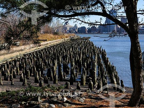 Assunto: Píer às margens do Rio Hudson com Manhattan ao fundo / Local: Nova Jersey - Estados Unidos - América do Norte / Data: 11/2013