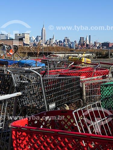Assunto: Depósito de lixo em Nova Jersey com Manhattan e o Empire State Building (1931) ao fundo / Local: Nova Jersey - Estados Unidos - América do Norte / Data: 11/2013